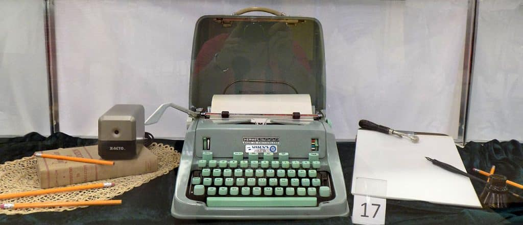 Hermes 3000 typewriter and desk accessories.